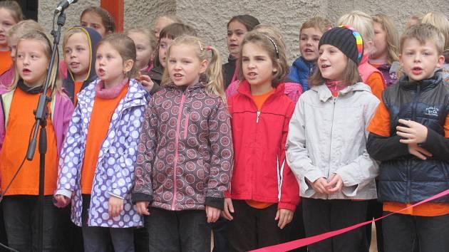 PŘI SLAVNOSTNÍM OTEVŘENÍ pergoly zazpívaly a zahrály na hudební nástroje děti ze školního pěveckého sboru Sluníčko.