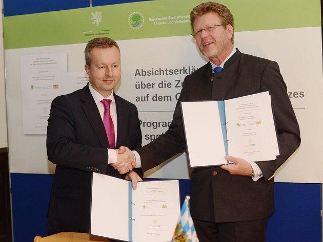 Ministři životního prostředí České republiky a Bavorska, Richard Brabec (vlevo) a Marcel Huber podepsali společnou dohodu o spolupráci.
