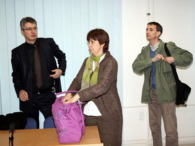 Manželé Čápovi se svým advokátem u klatovského soudu.