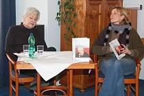 Hlasatelka Kamila Moučková (vlevo) beseduje společně s Petrou Braunovou.