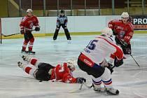 Krajská liga mužů: HC Klatovy B (v červeném) - HK Rokycany 8:6.