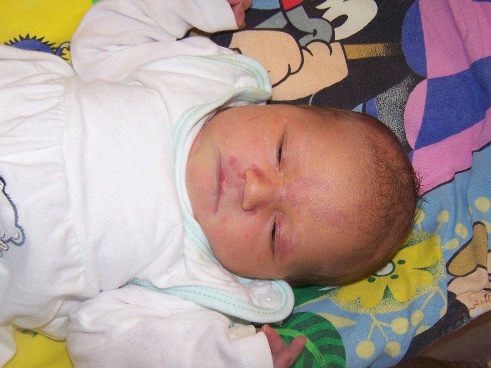 Adéla Hladíková z Kašperských Hor (4070 g, 52 cm) se narodila v klatovské porodnici 2. listopadu v 17.31 hodin. Rodiče Kateřina a Kamil si nechali pohlaví miminka jako překvapení na porodní sál, kde holčičku na svět přivítali společně. Ze sestřičky má rad
