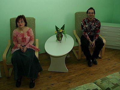Klienti Domova pro osoby se zdravotním postižením v Bystřici nad Úhlavou, kteří vytvořili partnerský pár, Petr Mikeš a Michaela Richterová, ve své nové ložnici.
