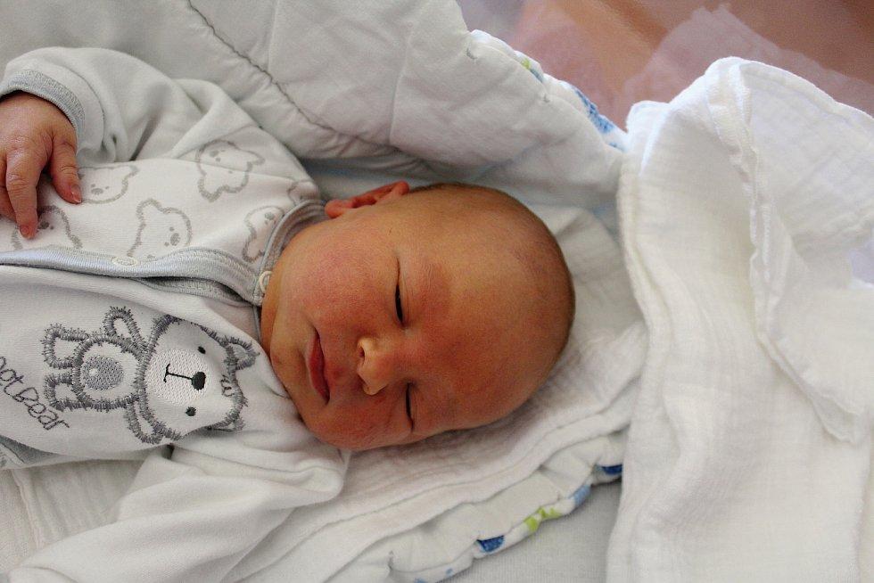 Jonáš Velíšek z Nepomuku se narodil vklatovské porodnici 24. července v9:53 hodin (3530 g, 48 cm). Pohlaví svého druhorozeného miminka věděli rodiče Lenka a Petr dopředu. Doma se na brášku těší Tadeáš (7).