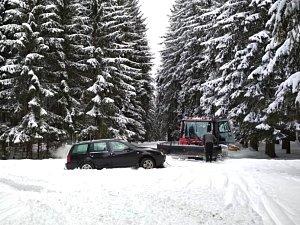V bílé stopě uvízl na Krušnohorské magistrále řidič osobního auta i dodávky