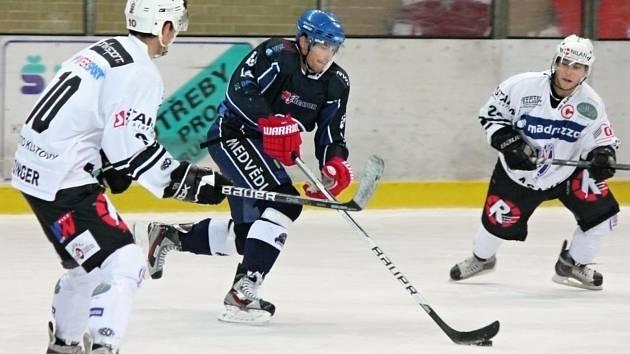 Hokejisté Klatov (v bílém) doma podlehli Berounu.
