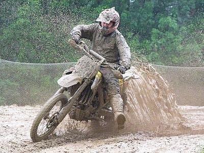 Vytrvalý déšť změnil motokrosovou trať v Tupadlech u Klatov v bahenní lázeň. Snímek je z dopolední rozjížďky.