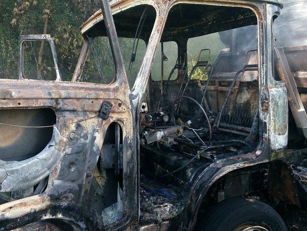 Požár avie se dřevem u Hartmanic.