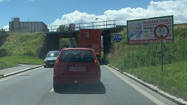 Nehoda pod viaduktem v Lubech.