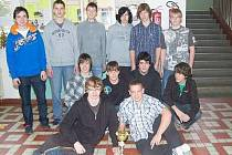 Mladíci z florbalového týmu Gymnázia Jaroslava Vrchlického v Klatovech byli na svůj triumf a pohár patřičně pyšní.