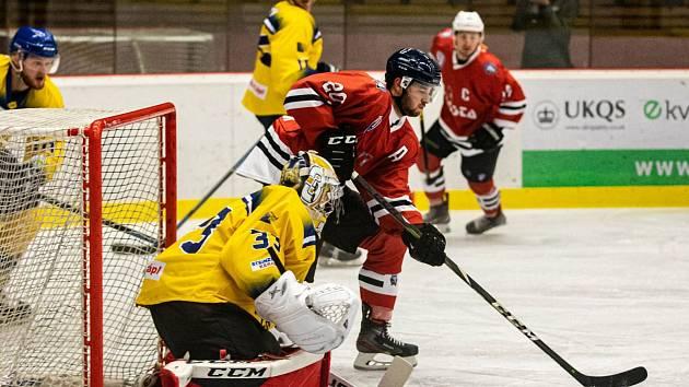 Hokejisté SHC Klatovy (na archivním snímku hráči v červených dresech) na úvod nové sezony podlehli HC Baník Příbram 4:6.