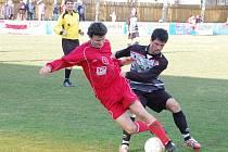 Za remízu 1:1 se o body rozdělili v divizní utkání fotbalisté Klatov se svými hosty z Třeboně. Na snímku jsou v akci klatovský Petr Kopp (v červeném dresu) a třeboňský Tomáš Kupka. Na regulérnost souboje dohlíží hlavní rozhodčí Ivo Duchoň.