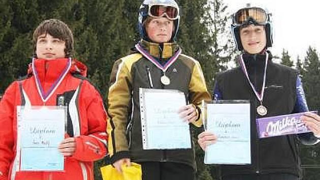 DRUHÉ místo v obřím slalomu v kategorii starších žáků vybojoval Jakub Švec z pořádající TJ SA Špičák (vlevo).