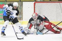 Šumavská liga amatérského hokeje: HC Viziauto (v šedém) - HC Autokempf 0:3.