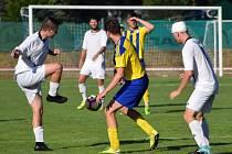 Sušičtí fotbalisté (v bílých dresech) proti Kaznějovu (v modrožlutém) bojovali hlava nehlava. Nakonec z toho byly dva body.