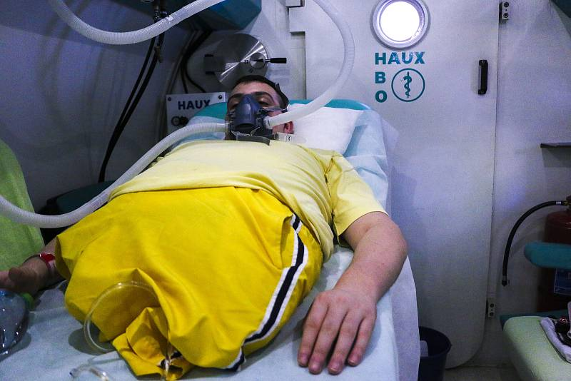 Daniel Křeček před úrazem, před operací, při hemikorporektomii, při níž mu lékaři odstranili celou spodní polovinu těla, krátce po zákroku a nyní, s odstupem dva a půl roku.