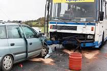 V serpentinách nad Sušicí se čelně srazilo osobní auto s autobusem
