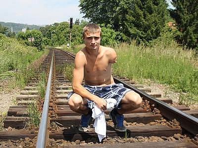 """Právě na tomto místě, kde nám Ivan Stojanov zapózoval, ho vlak před rokem přejel. Měl velké štěstí, že střet přežil. """"Sice jsem se narodil v prosinci, ale čtrnáctého června oslavím narozeniny taky.  Raději na zahradě, aby se nic nestalo,"""" směje se Ivan."""