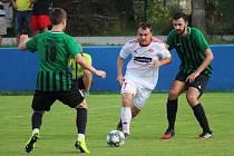 KLATOVSKÝ ÚTOČNÍK Lukáš Krásný (na archivním snímku hráč v bílém dresu) byl proti Petřínu na hřišti k nezastavení. Za svou aktivitu byl také odměněn vítězným gólem.