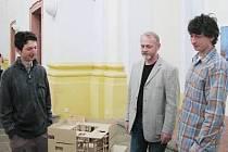 Vystavující umělci Martin (vlevo) a Miroslav (vpravo) Naušovi u modelu architektky Evy Šarochové.