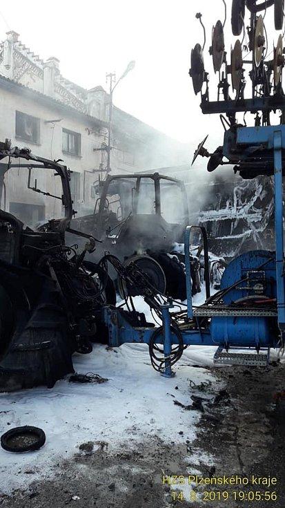 Požár zemědělské techniky v Měčíně
