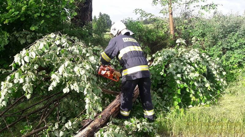 Ze zásahů hasičů po nočních bouřích.