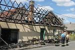 Značná část domu během rozsáhlého nočního požáru shořela.