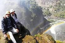 Jan Duchek s manželkou u Viktoriiných vodopádů.