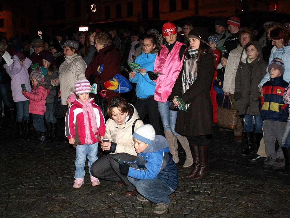 Společné zpívání koled na klatovském náměstí
