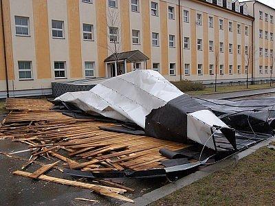 Plechová střecha zatarasila Plánickou ulici