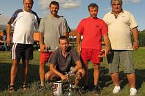 Z vítězství na nohejbalovém turnaji ve Svéradicích se radoval tým Koryťácí. K prvenství jim popřáli předseda FK Svéradice Vladimír Smitka a svéradický starosta Václav Dušek.