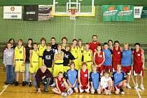 Družstvo klatovských žáků – basketbalistů U14 se na závěr turnaje vyfotilo se soupeři ze Sparty Praha.