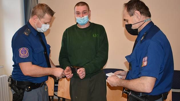 Martin Švec (28 let) ze Sušice u klatovského soudu, kam ho přivedla eskorta.