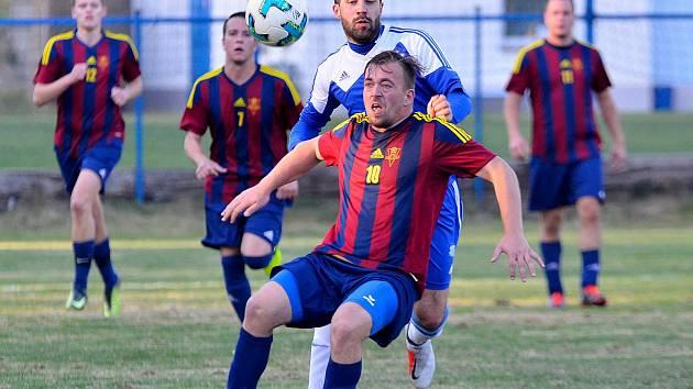 Cennou výhru brali o víkendu fotbalisté Nové Role (v pruhovaném), kteří se představili na půdě nejdeckého FK, kde vyhráli 2:1.