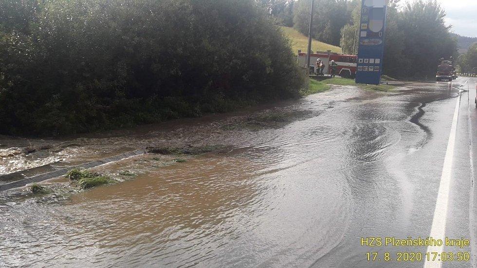 Voda na silnici u čerpací stanice u Běšin.