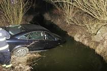 Po honičce s policií skončil vůz Audi A6 v potoce u Kokšína.