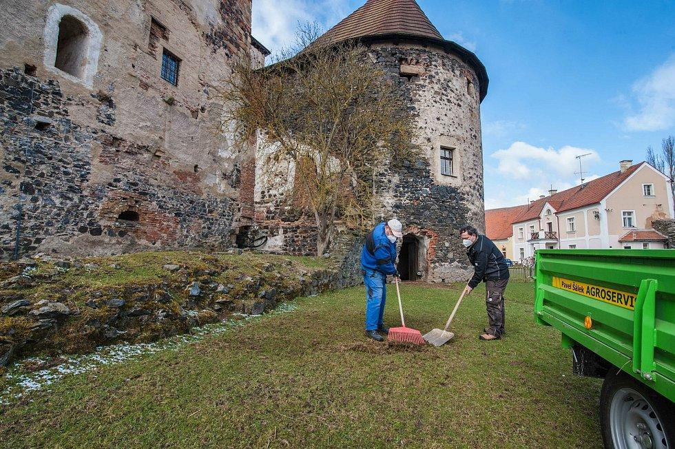 Zejména v ovčím výběhu má správa hradu stále co na práci.
