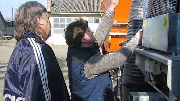 Vozidlo na celoroční úklid silnic dostali včera pracovníci klatovských technických služeb.