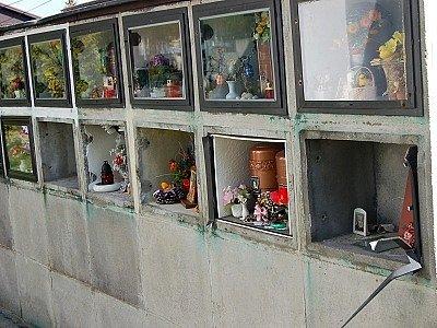 Rozbité urnové skříně.