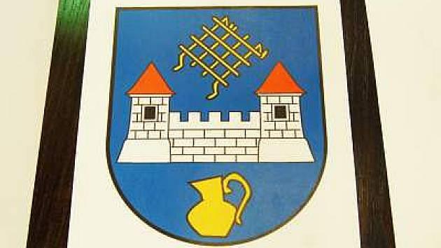 Vítězný návrh znaku a praporu, který odhlasovali zastupitelé Hrádku na čtvrtečním zasedání. Byl jedním ze dvou, které získaly nejvíce hlasů v anketě obyvatel.