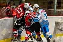 Klatovští hokejisté (na archivním snímku hráči v červených dresech) hrají v Táboře.