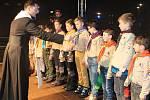 Skauti rozdávali v Klatovech Betlémské světlo.