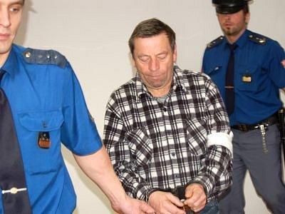 Ochranné sexuologické ústavní léčení nařídil včera soud 58letému Františku Papírníkovi. Kromě toho dostal trest odnětí svobody na 18 měsíců s podmíněným odkladem na tři roky. Papírník se ještě v soudní síni vzdal odvolání.