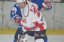 Nejproduktivnějším klatovským hráčem ve čtyřech zápasech play off byl útočník Jan Setikovský (v bílém dresu), který za jeden gól a dvě asistence nasbíral  tři body do  kanadského  bodování.