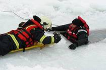 Záchrana člověka z rybníka na Horažďovicku. Naštěstí jen cvičně.