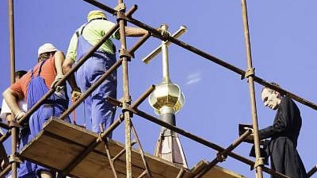 Fotografie ze svěcení nové střechy a kříže.