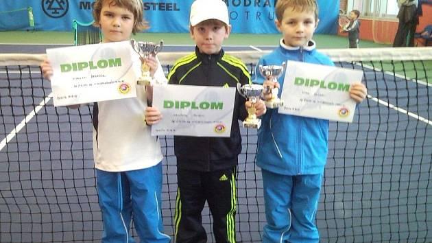 TŘI MEDAILISTÉ z celostátního minitenisového turnaje SPARTA PRINCE MINITENIS CUP 2011. Zleva Nikolas Fedasko (2. místo), Kryštof Ruža (1. místo) a Vít Kalina (3. místo).