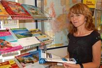 Jiřina Kurcová z cestovní  a informační kanceláře Campana Tour v Klatovech ukazuje v katalozích nejčastějí letoviska, do kterých směřují  turisté z regionu.