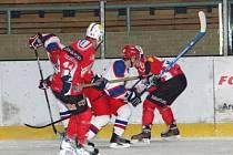 Hokejisté SHC Maso Brejcha Klatovy (červené dresy) porazili v nedělním utkání osmého kola druholigové skupiny Západ Kobru Praha 3:2.