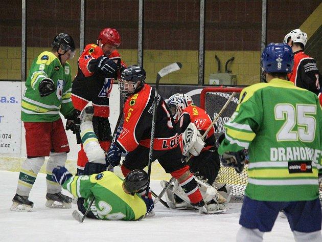 Hokejisté TJ Start Luby (na archivním snímku hráči včernočervených dresech) nestačili na Drahonice (vzeleném) 1:7.